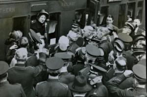 Evangeline Booth hälsas vid tåget i USA