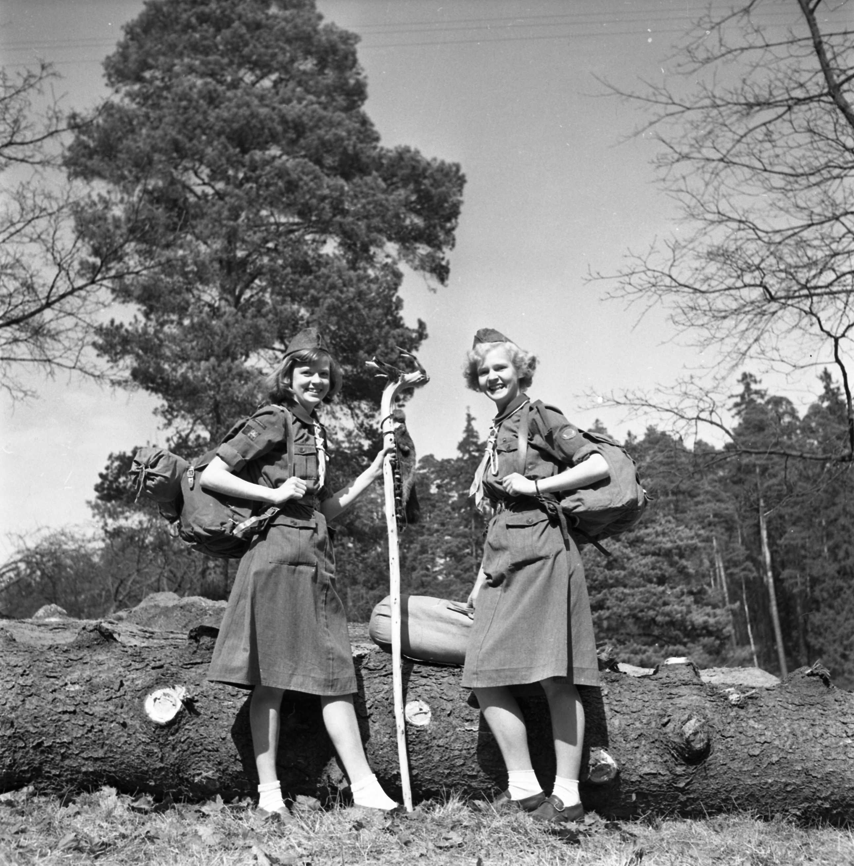 Bild för Vykort inför lägret KerstinJacobsson o Karin Öhlen från Stockholm Andra Kår 1952