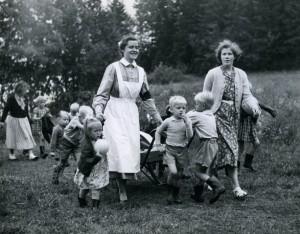 Rådmansö_Edith Larsson med barnen