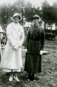 Grevinnan Estelle Bernadotte af Wisborg & Flickscoutchefen Eva Sundin_Norsholmslägret 1934