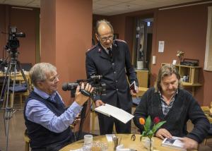 SO_Johan A Lundin dedikerar, filmaren Henrik Grännö, major Bo Albinsson