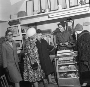 Myrorna Slöjdgatan 1967 Brigadör Agnes Sjölander med kunder
