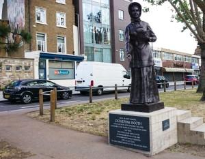 BA_Catherine_Booth_Staty_Whitechapel_Rd_East_End_London_vänster_bakgrund_vägmålningen