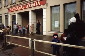 Frälsningsarmen_Riga_ingången_1992_Björn Stockman välkomnar