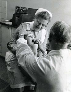 Slumsystern_Greta_Bergh_senare_Slumchef_sista_avdelningschefen_här_på_läkarbesök_med_ett_barn